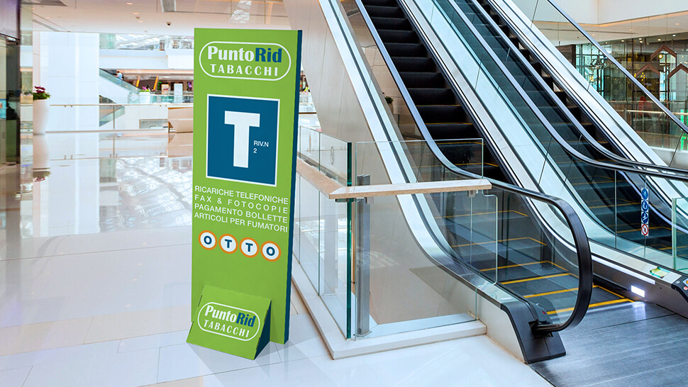 Totem in cartone bifacciale per negozi e centri commerciali - Praga 2 | tictac.it