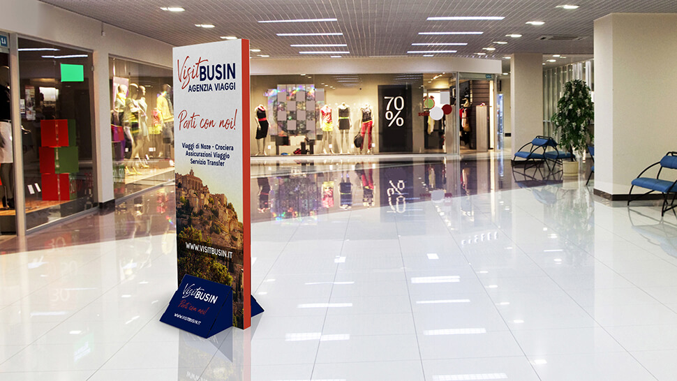 Totem in cartone bifacciale per centri commerciali - Praga 3 | tictac.it