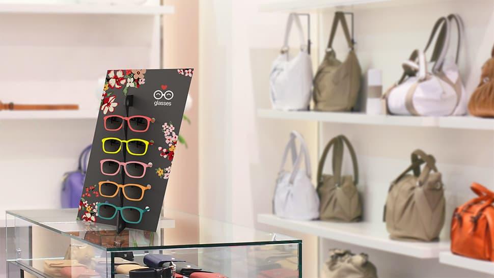 Espositore Diago nero in un negozio di accessori | tictac.it
